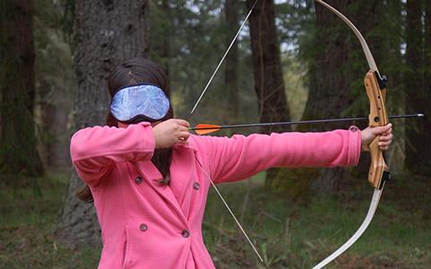 Phoenix Rising učenici treniraju Streličarstvo - s povezom za oči!